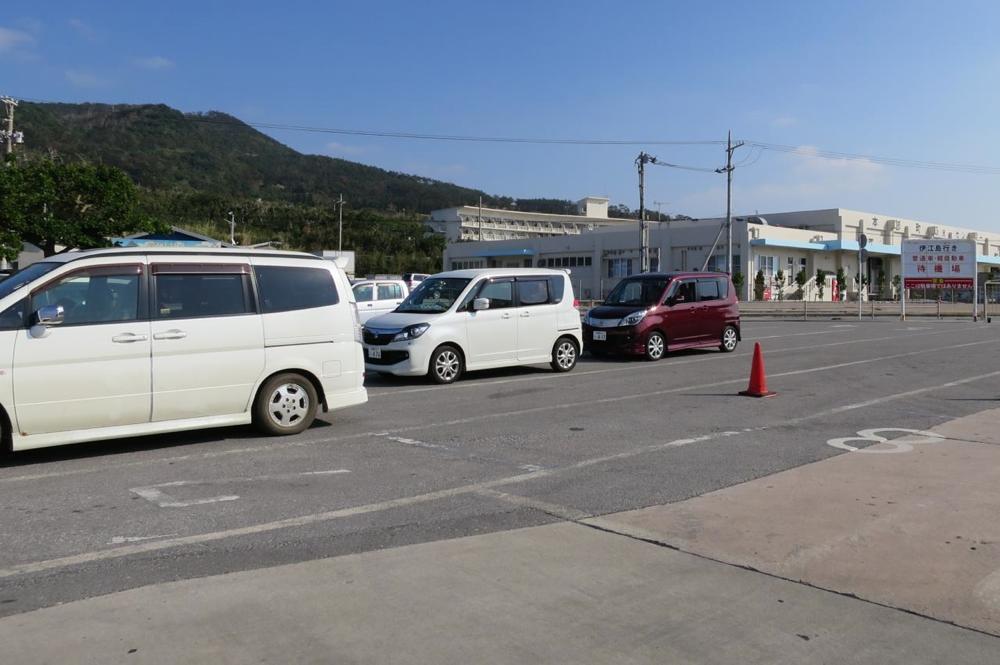 本部港から伊江島行きのフェリーに乗船する車両たち。