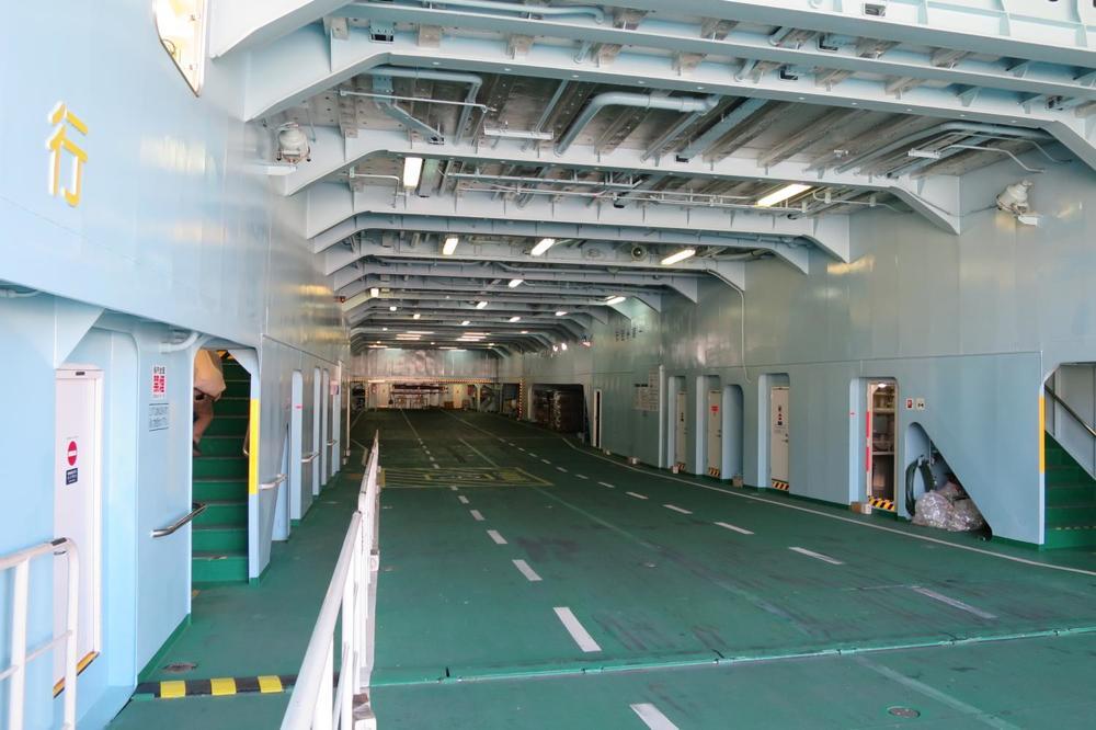 本部港から伊江島へ向かうフェリーの車両置き場。