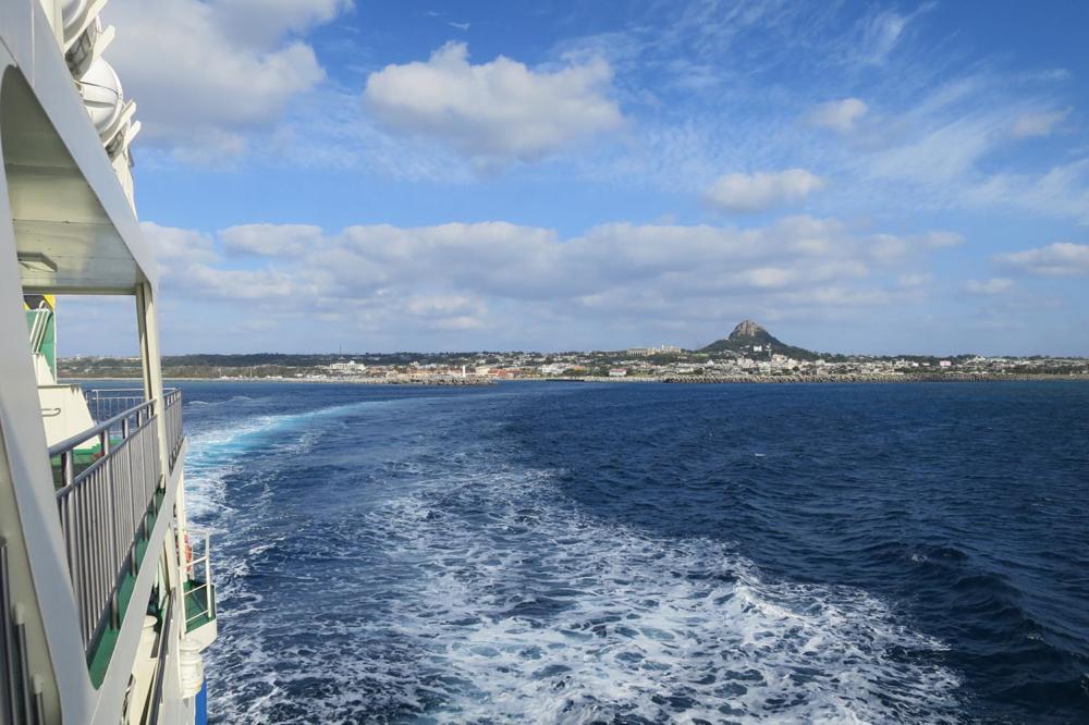 伊江島を本部港と結ぶフェリーが出発する様子。