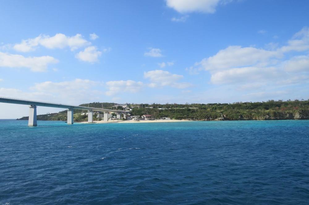 伊江島を本部港と結ぶフェリーが、瀬底島に到着した。