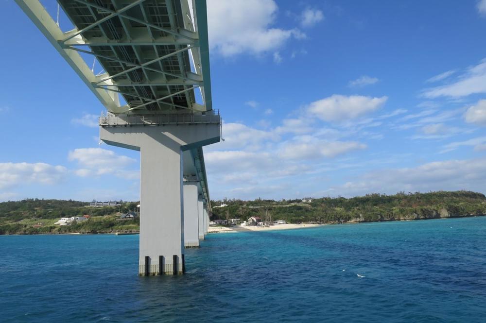 伊江島を本部港と結ぶフェリーが瀬底大橋をくぐった(その1)