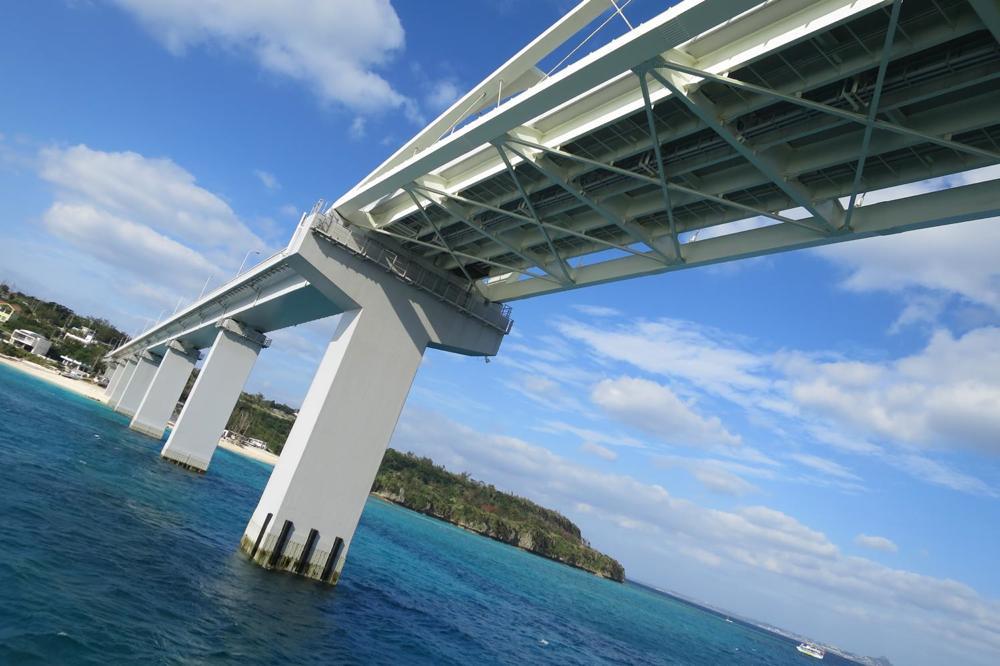 伊江島を本部港と結ぶフェリーが瀬底大橋をくぐった(その2)