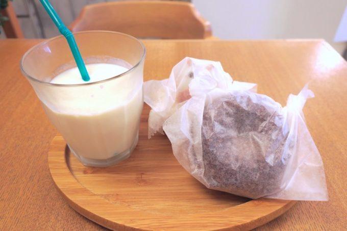 ドーナツ2個と豆乳(280円)を頼んでみた。
