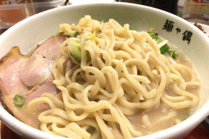 那覇・久茂地「麺や偶 もとなり」ちゅら塩タンメンは平打ちの中太麺を使用。