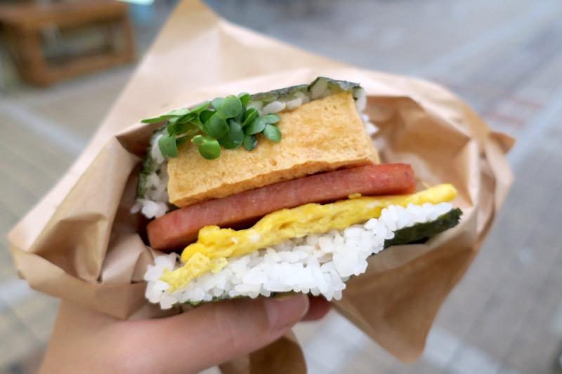 「ポークたまごおにぎり本店」の島豆腐の厚揚げと自家製油味噌(400円)