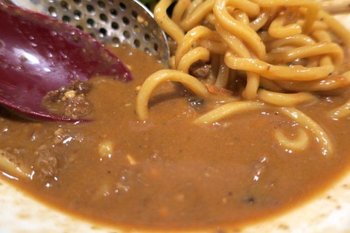 那覇・久茂地「登竜門」濃厚汁無し担々麺(880円)にはスープはなく、濃厚なタレがかけられている。