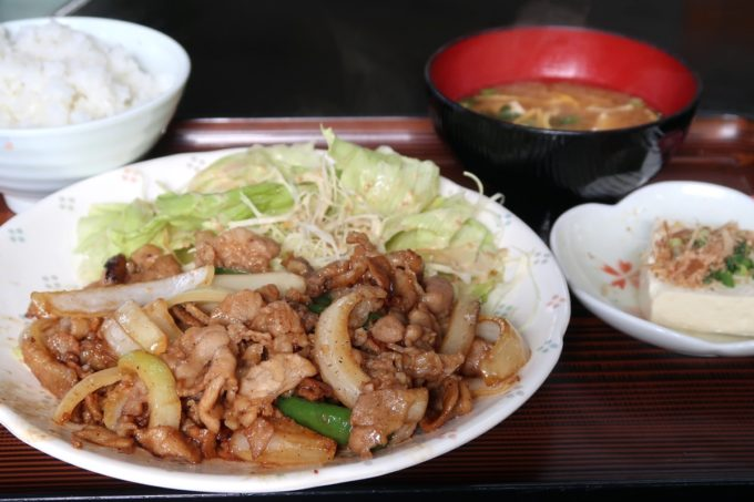 那覇・県庁前「だるま食堂」の焼肉定食(豚、600円)