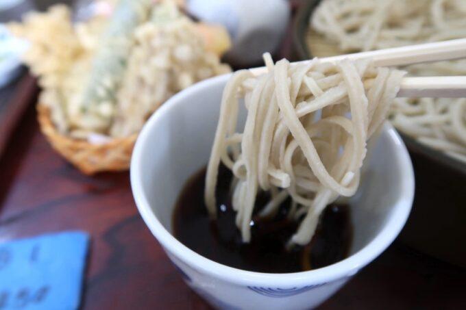那覇市牧志「蕎麦 寶」蕎麦つゆを軽くつけていただく