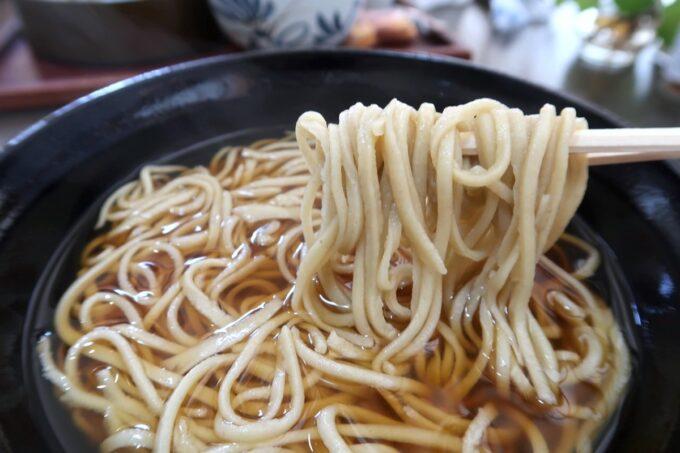 那覇市牧志「蕎麦 寶」Bランチ(温、850円)の蕎麦を箸上げ