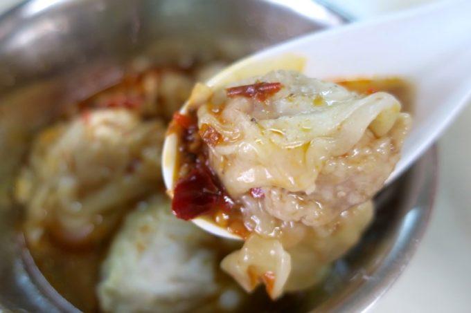 那覇・浮島通り「台湾風粥専門店 阿里(アーリー)」の茹でワンタンは餡がふわふわ、皮でろん。生姜とニンニクが効いたタレもいい。