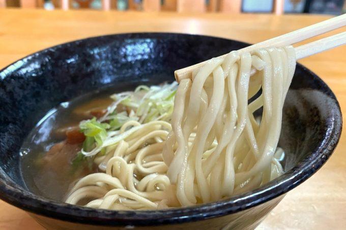 那覇・国際通り「宮古そば どらえもん」三枚肉そば(750円)の麺は平打ちの細麺