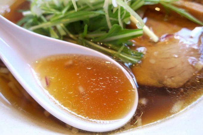 透き通ったスープは脂少なめであっさり。塩気は控えめだが、旨い。