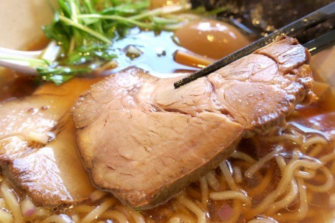 チャーシューは肉厚で、食べ応えあります。柔らか過ぎないのがいい。