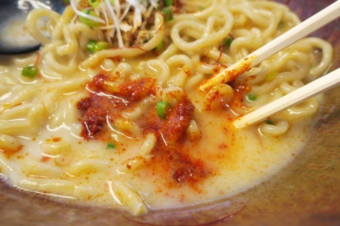 「いしぐふー城間店」の担々麺スープに調味料を溶いてみる