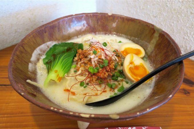 「いしぐふー城間店」の担々麺(700円)に煮卵トッピング(+30円)