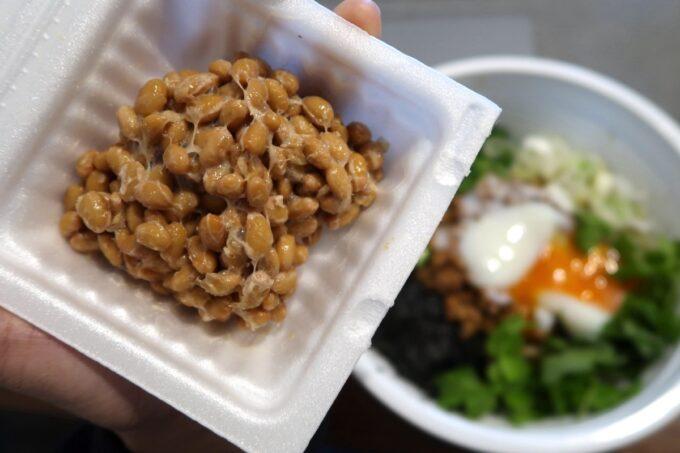 那覇市牧志「まぜ麺まほろば」Uber Eatsで届けてもらったまぜ麺に自宅の納豆を乗せる