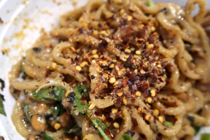 那覇市牧志「まぜ麺まほろば」Uber Eatsで届けてもらったまぜ麺に自宅の花椒をガリガリと引く