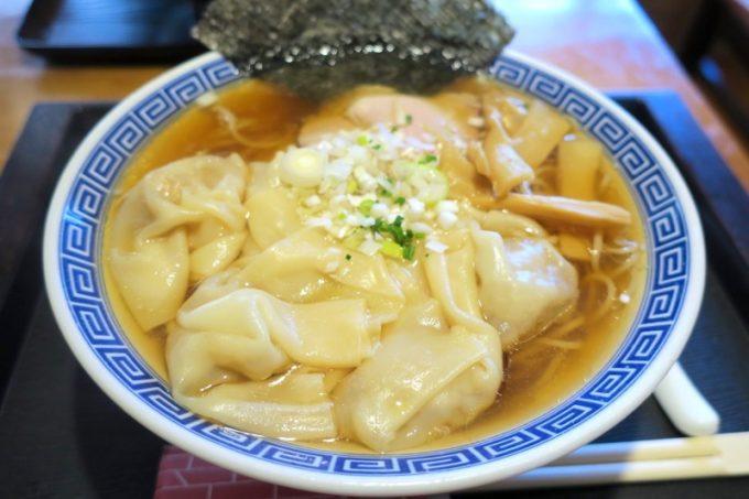 こちらが「食堂ぬーじボンボンZ本店」の肉ワンタン麺(醤油、880円)