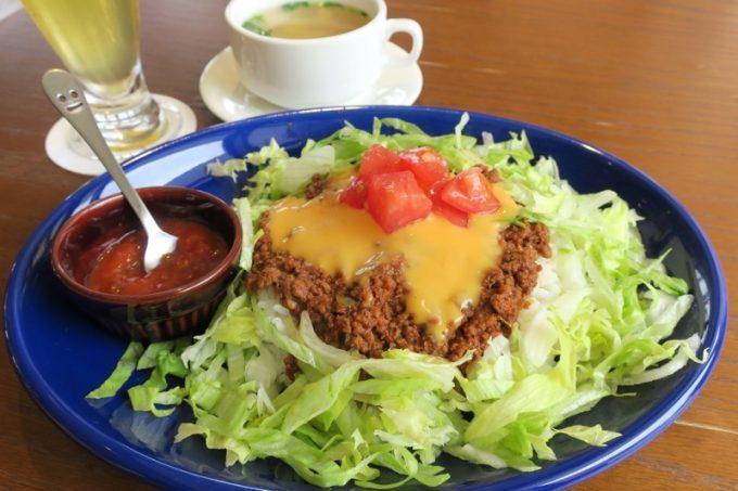 「オリオンビアホール」のランチは、とろ〜りチーズのタコライス(スープ付き、890円)をドリンクセット(+200円)でいただいた