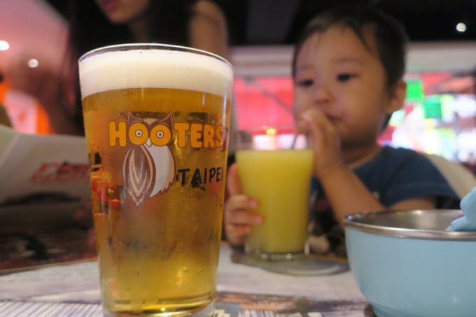 「HOOTERS TAIPEI 美式餐廳(フーターズ台北)」で飲んだ台湾ドラフト(TWD178)。