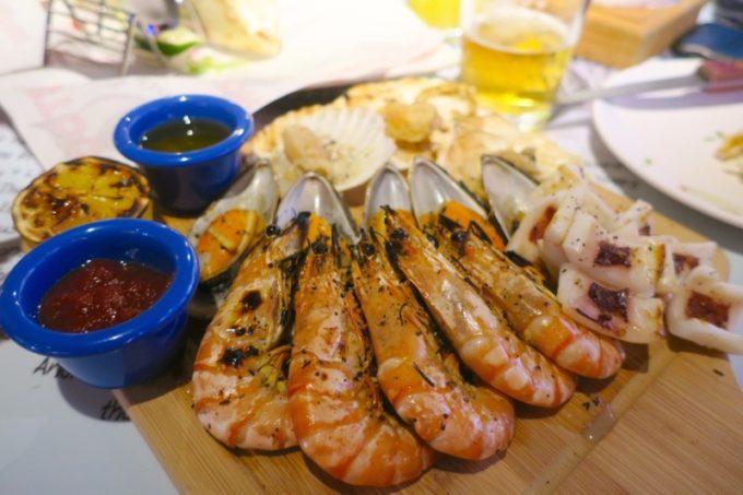 「HOOTERS TAIPEI 美式餐廳(フーターズ台北)」のグリルドシーフードプラッター(TWD728)