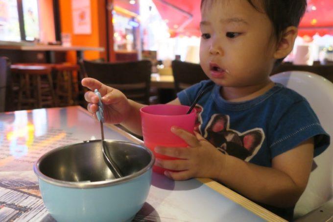 「HOOTERS TAIPEI 美式餐廳(フーターズ台北)」では子ども用のカラトリーや椅子を用意してもらえる。