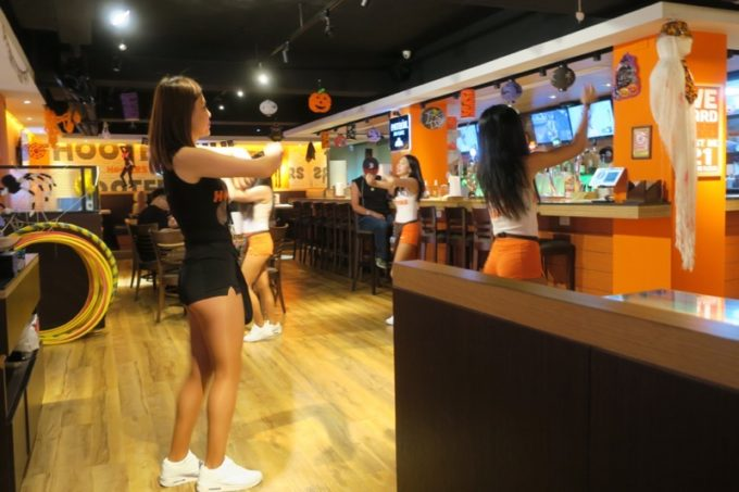 「HOOTERS TAIPEI 美式餐廳(フーターズ台北)」のフーターズが踊るダンスタイム(その1)