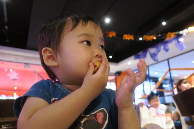 「HOOTERS TAIPEI 美式餐廳(フーターズ台北)」フーターズガールの踊りを見て固まるお子サマー(その1)