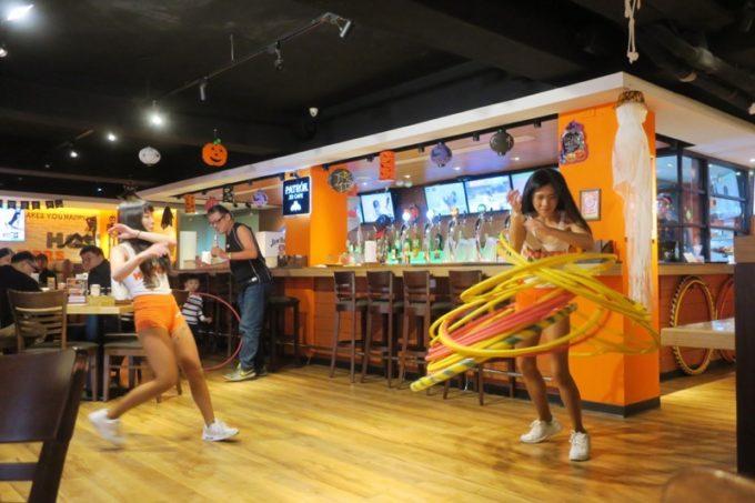 「HOOTERS TAIPEI 美式餐廳(フーターズ台北)」のフーターズガールが踊るダンスタイム(その2)