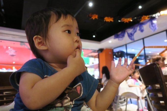 「HOOTERS TAIPEI 美式餐廳(フーターズ台北)」フーターズガールのダンスを見て固まるお子サマー(その2)