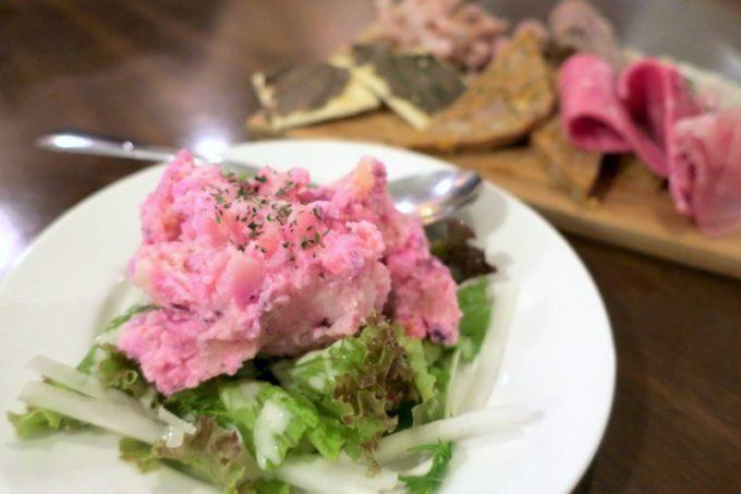 那覇・泉崎「串焼きとだしカレー。Makato(まかと)」ピンク色のポテトサラダ。