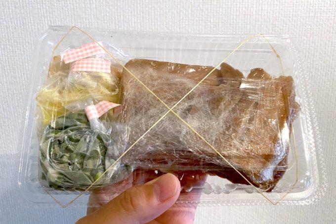 那覇・首里「てぃしらじそば」テイクアウトの沖縄そばの三枚肉と薬味