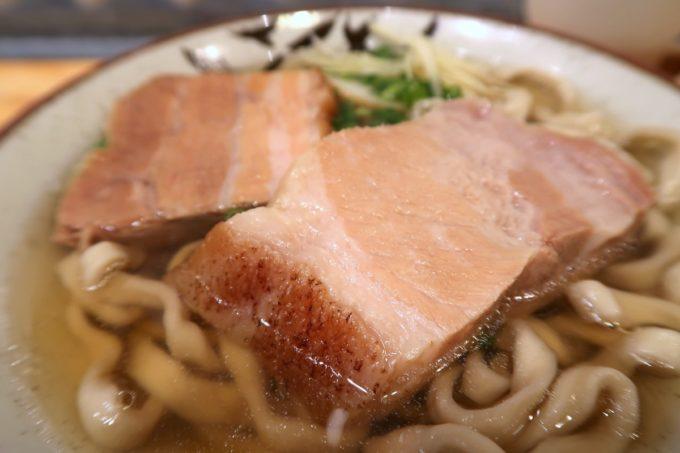 那覇・首里「てぃしらじそば」には大きくておいしい三枚肉が2枚乗せられている