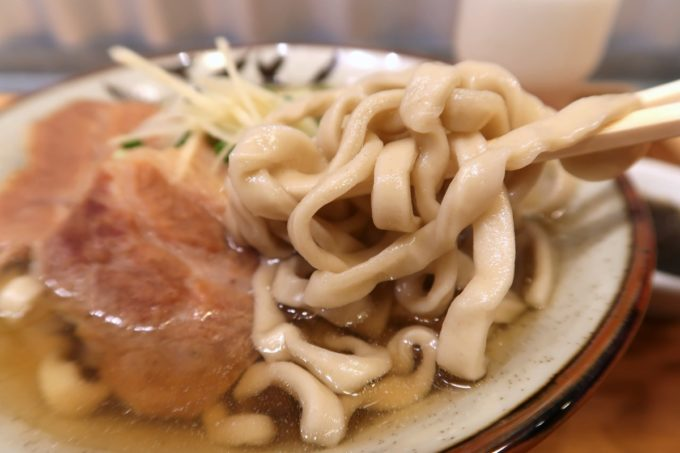 那覇・首里「てぃしらじそば」のゴツゴツとした無骨な自家製麺