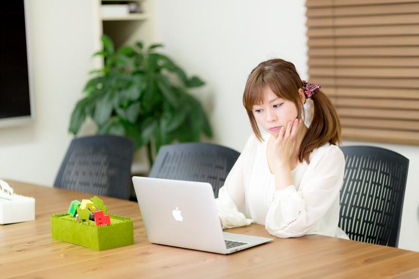 電源完備のコワーキングスペースで作業をする女性