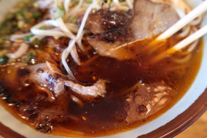 那覇市泉崎「沖縄料理あさひ」あさひそばのあぶりしょうゆ(800円)のスープ