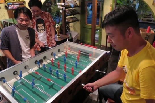 サッカーボードゲームにハマるオトナ男子