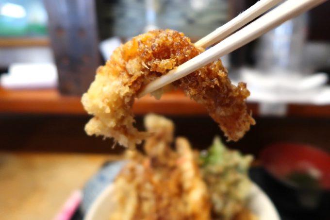 浦添・牧港「海鮮食堂 太陽(てぃーだ)」海鮮天丼(大、1050円)には海老天が3匹入っていた