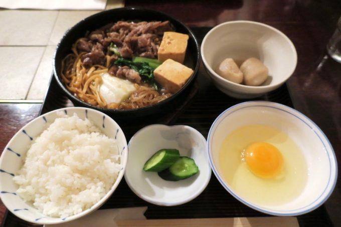 那覇・松山「チャコオキナワ」のランチ、和風すき焼き定食(2300円)。
