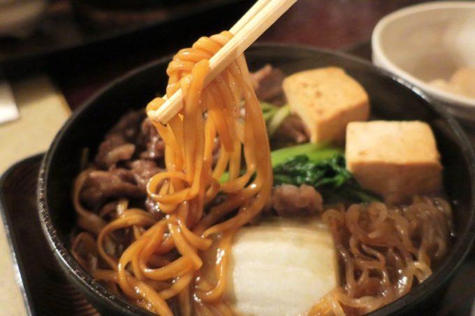 すき焼きの鍋には沖縄そば的な麺も入っていた。