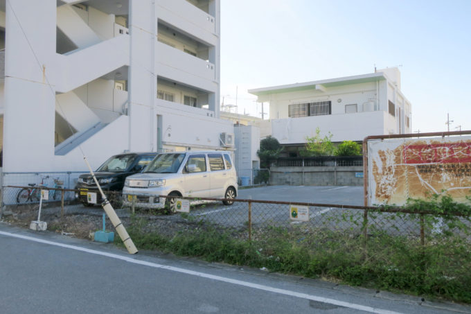 宜野湾のタコス専門店「メキシコ」の道路挟んで向かい側の駐車場。