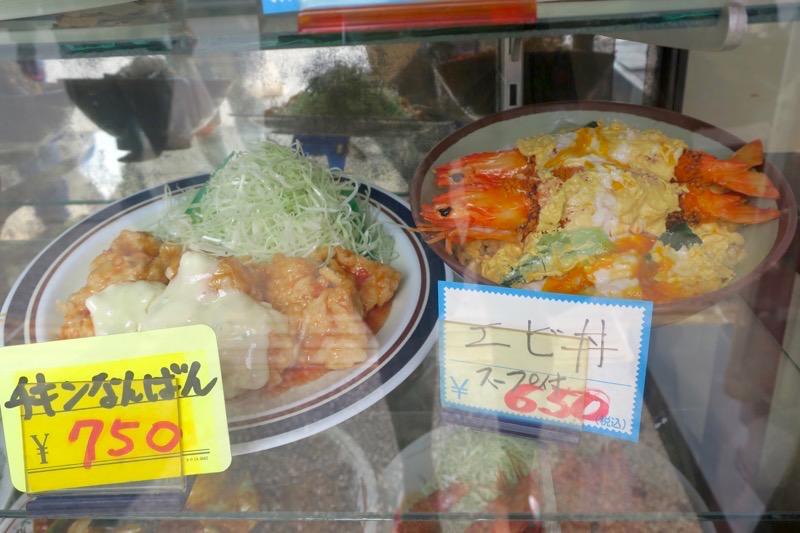 那覇市曙「あけぼのラーメン」店先のディスプレイで気になったエビ丼とチキン南蛮
