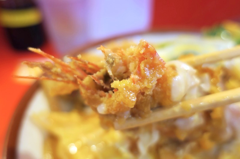 那覇市曙「あけぼのラーメン」エビ丼のエビは頭も尻尾もついている