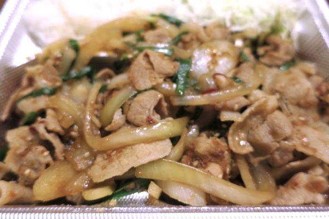 炒められた豚バラとタマネギとニラが、濃い味でウマい。