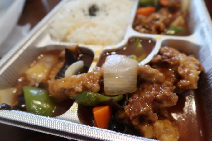 那覇市曙「あけぼのラーメン」酢豚のお弁当は3面が酢豚で埋め尽くされている...