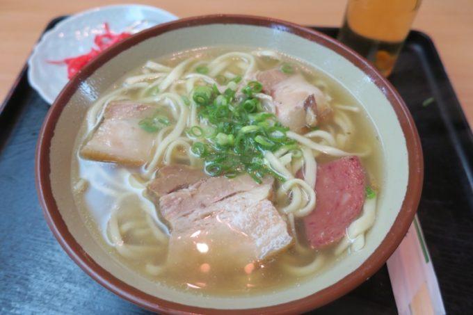 那覇の24時間食堂「いちぎん食堂」で食べた名護そば(550円)