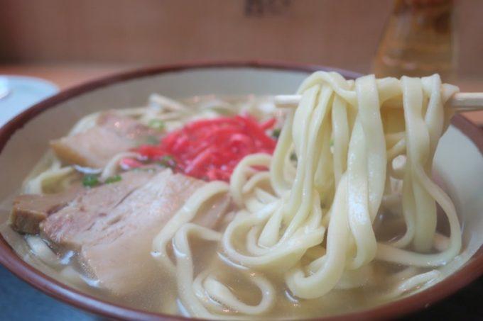 那覇「いちぎん食堂」の名護そばの麺は幅広い平麺。名護そばの特徴だ。