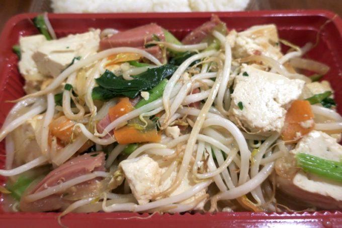 那覇「いちぎん食堂」の島豆腐チャンプルーは、島豆腐やポーク、もやし、にんじん、青菜などが入っている。