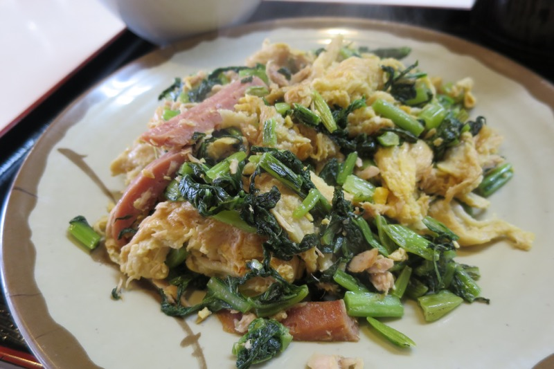 那覇・松山「お食事処みかど」ふーちきなーは、からし菜とポークとお麩の炒め物。