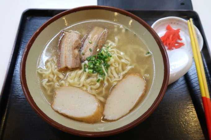 那覇・松山「お食事処みかど」沖縄そば(580円)